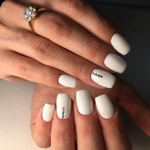 Красивый белый маникюр