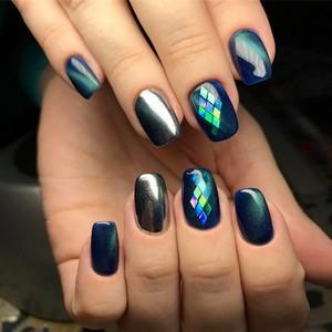 Битое стекло на ногтях