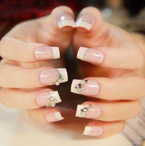 Белый модный дизайн ногтей