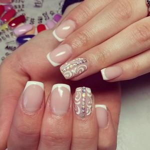 Модный дизайн ногтей со стразами