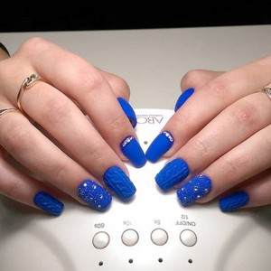 Синий маникюр со стразами