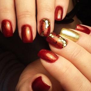 Камифубуки на ногтях бордовым лаком