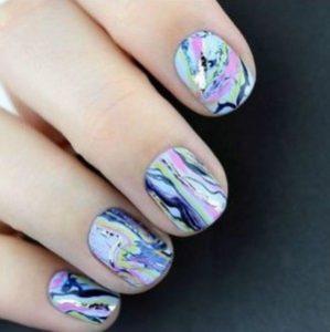 Мраморный цветной маникюр на короткие ногти