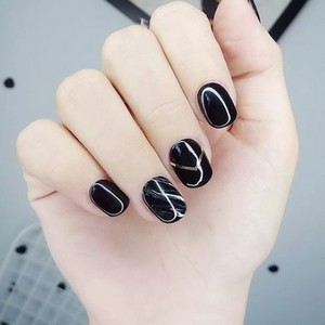 Мраморный черный маникюр на короткие ногти