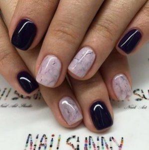 Мраморный розовый маникюр на коротких ногтях