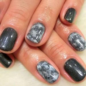 Мраморный маникюр 2018 на короткие ногти серым лаком
