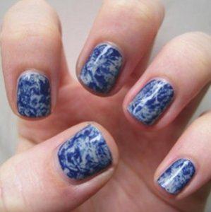 Мраморный маникюр 2018 на короткие ногти синим лаком