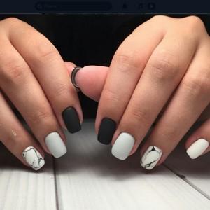 Белый маникюр мраморный с черным