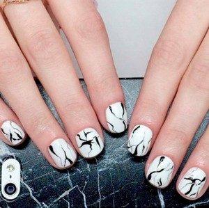 Мраморный черный с белым маникюр на короткие ногти