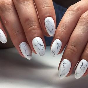 Белый маникюр мрамор на ногтях