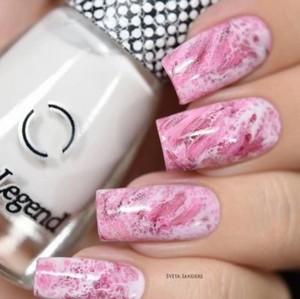 Розовый мраморный маникюр с блестками