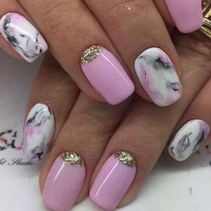 Мраморный маникюр розовый с камнями
