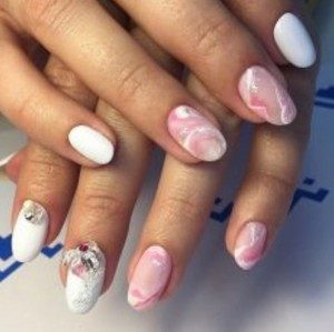 Мраморный маникюр розовым лаком