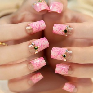 Мраморный маникюр розовым гель-лаком
