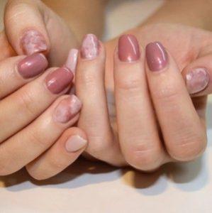 Розовый мраморный маникюр