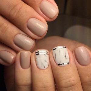 Мраморный бежевый маникюр накороткие ногти
