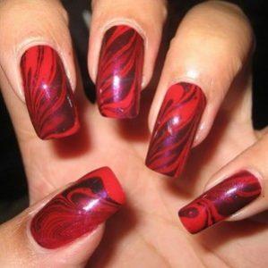 Красный мрамор на ногтях