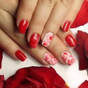 Красный мраморный маникюр на ногтях