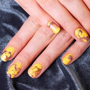 Мраморный желтый маникюр на длинные ногти