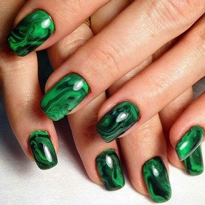Мраморный зеленый маникюр на длинные ногти