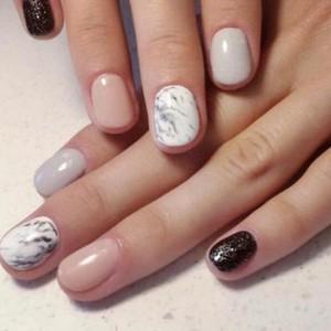 Мраморный белый маникюр на короткие ногти