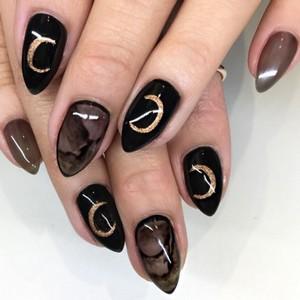 Мраморный коричневый маникюр на длинные ногти