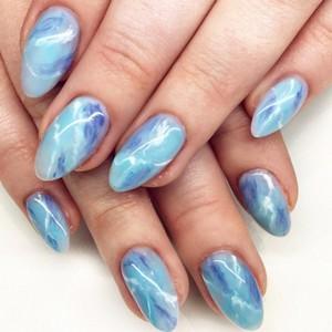 Мраморный маникюр на длинных ногтях голубой