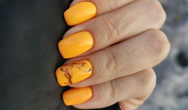 Желтые мраморные ногти